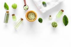 回家与茶橄榄油和盐的做的温泉化妆用品浴的在白色背景顶视图大模型 免版税库存图片