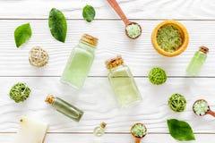 回家与茶橄榄油和盐的做的温泉化妆用品浴的在白色背景顶视图样式 图库摄影
