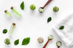 回家与茶橄榄油和盐的做的温泉化妆用品浴的在白色背景顶视图框架 免版税图库摄影