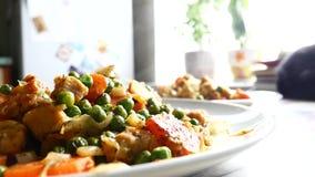 回家从油煎的菜的做的食物在板材 大豆和绿豆,蔬菜菜肴 影视素材
