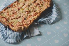 回家做的工匠素食者比萨饼用葱胡椒 库存图片