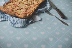 回家做的工匠素食者比萨饼用葱胡椒 免版税图库摄影