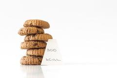 回家做的巧克力曲奇饼,计数的卡路里,饮食概念 图库摄影