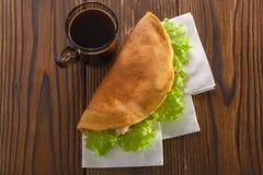 回家做的快餐用咖啡在木桌 免版税库存照片