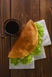 回家做的快餐用咖啡在木桌 免版税图库摄影