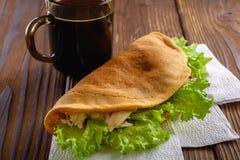 回家做的快餐用咖啡在木桌 免版税库存图片