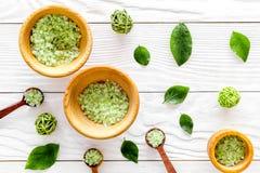 回家做的温泉化妆用品用茶橄榄色的草本和盐浴的在白色背景顶视图样式 免版税图库摄影