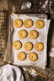 回家做的饼干在一张土气平底锅和木桌 舒适老牌在厨房里 免版税库存图片