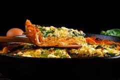 回家在一个白薯外壳的做的菠菜乳蛋饼用希腊白软干酪 免版税库存图片