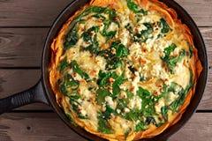 回家在一个白薯外壳的做的菠菜乳蛋饼用希腊白软干酪 图库摄影