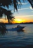 回家在日落的小船 库存图片