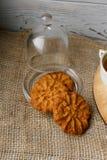 回家支持的麦甜饼在玻璃茶碟 免版税库存图片