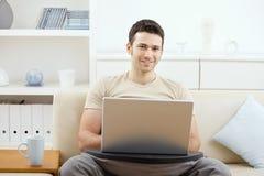 回家膝上型计算机人使用 免版税图库摄影
