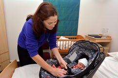 回家从医院的新出生的婴孩 免版税图库摄影