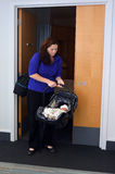 回家从医院的新出生的婴孩 免版税库存照片