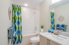 回报架子的2个3d浴卫生间蓝色创造性的设计空的内部闪亮指示镜子现代马赛克人员下沉空白瓦片的管 库存照片