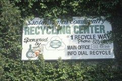 回收中心的圣塔蒙尼卡公共的一个标志遮暗由叶子 免版税库存图片