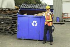 回收事回收中心的工作者 免版税库存图片