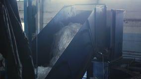 回收公司,在传动机,玻璃纸的聚乙烯袋的老垃圾 免版税库存照片
