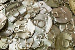 回收回收的老罐装铝能帮助是绿色的为地球 库存照片