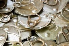 回收回收的老罐装铝能帮助是绿色的为地球 图库摄影