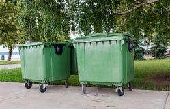 回收在城市街道上的容器  免版税库存图片
