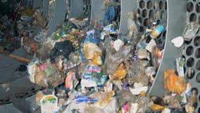 回收在植物的使用的垃圾 在配置垃圾的一个回收厂的特别设备工作 股票视频