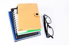 回收在白色背景隔绝的笔记本,棕色盖子 库存图片
