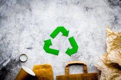 回收在纸废物中的绿皮书标志在灰色石背景顶视图拷贝空间 免版税库存图片