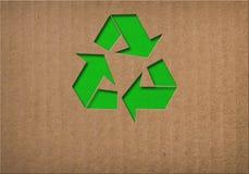 回收在纸板纹理的标志 免版税库存照片