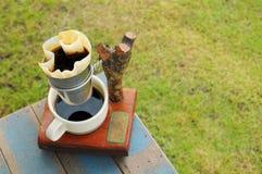 回收在蓝色木桌上的咖啡过滤器 免版税库存照片