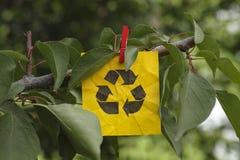 回收垂悬在树的标志 免版税图库摄影