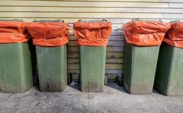 回收垃圾包含在一个老仓库的后方后面a的 库存图片