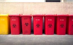 回收垃圾桶、黄色和红色 免版税图库摄影