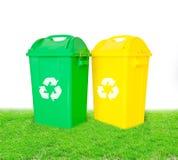 回收容器与的绿色和黄色塑料垃圾回收 免版税图库摄影