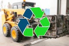 回收废物的标志 在废加工设备的特别运输运载在弄脏的回收的垃圾 库存照片