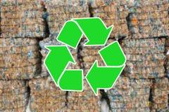 回收废物的标志 堆废物在背景中被弄脏 库存照片