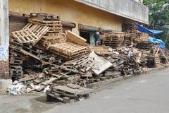 回收板台的印地安男孩 免版税库存照片