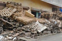 回收板台的印地安男孩 图库摄影