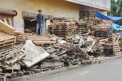 回收板台的印地安男孩 库存照片