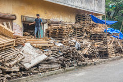 回收板台的印地安男孩 库存图片