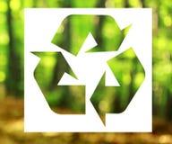 回收标志有自然背景 免版税库存图片