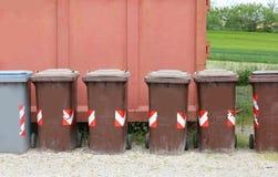 回收的废物容器适当地处理废的所有 库存照片