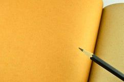 回收笔记本和木铅笔 免版税库存照片