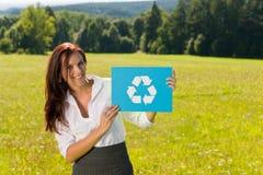 回收符号晴朗的年轻人的女实业家草&# 免版税库存图片