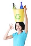 回收篮子的美好的少妇藏品 免版税库存照片