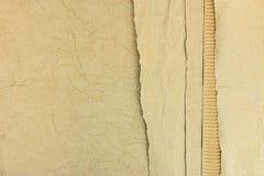 回收纸板和纸与被撕毁的边缘的被堆积的褐色 免版税图库摄影