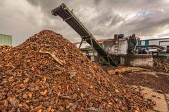 回收药丸的室外板台锯木厂植物处理使用机械 库存图片