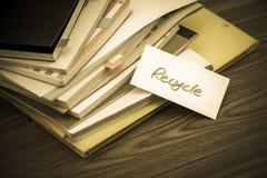 回收;堆在书桌上的商业文件 图库摄影