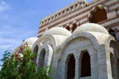 回教伊斯兰教的阿拉伯清真寺由祈祷的建筑学的白色砖制成与曲拱、圆顶和被雕刻的三角窗口反对t 免版税库存图片